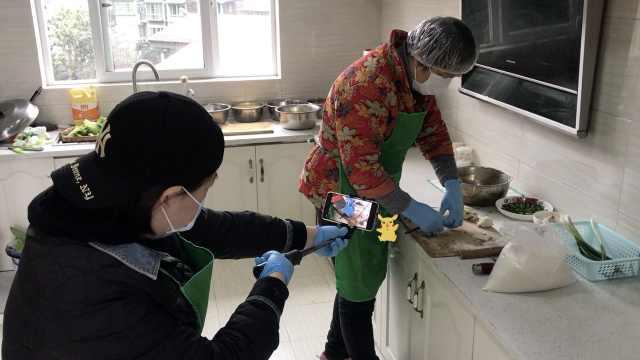 炊事员大妈社区开网课,教居民厨艺