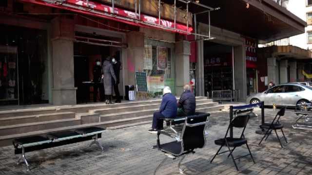 银行门口摆椅子间隔1米,室外排队