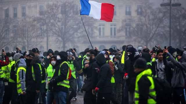 """无视疫情禁令!法国""""黄马甲""""再游行,多数未戴口罩"""