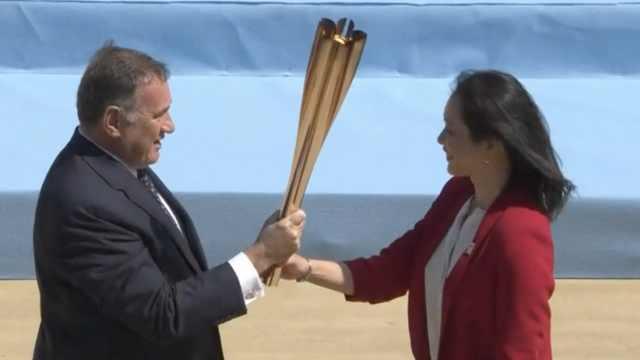东京奥运圣火交接仪式无观众进行,双方代表人员不戴口罩