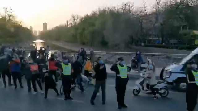 河南援鄂医疗队453人返程,郑州市民夹道高喊:欢迎回家