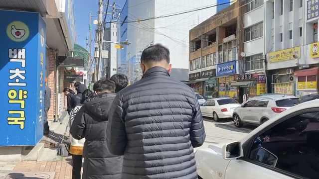 韩国疫区庆北口罩未涨价:根据生日尾数定买口罩日,人均2个