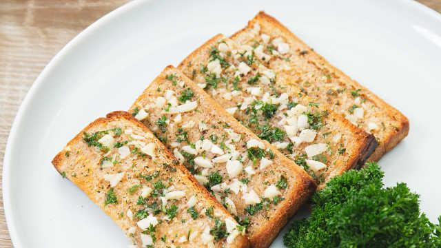 教你轻松get网红爆款早餐,金黄酥脆的蒜香面包条
