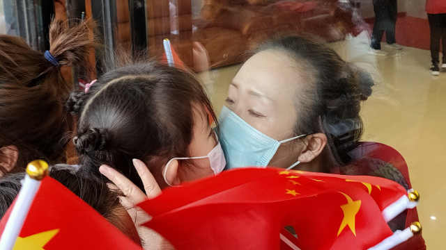 河南援鄂医护回家萌娃齐找妈妈,母女含泪隔窗亲吻