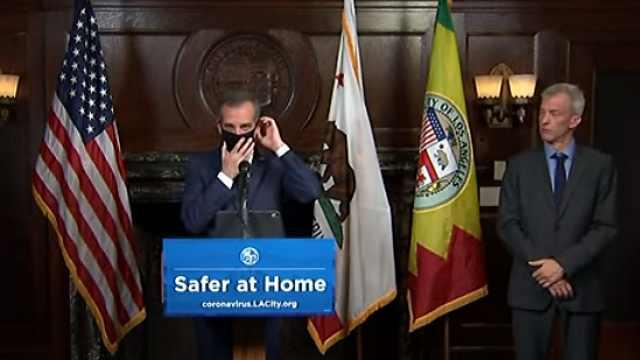 率先示范!洛杉矶市长建议400万民众戴口罩,亲自上台演示