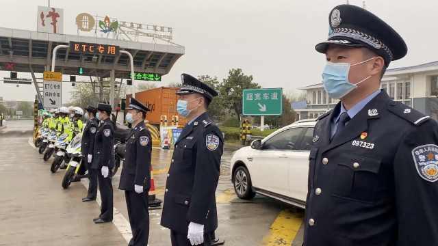 40名警察雨中迎接援鄂医疗队归家,医护人员:感动又心疼