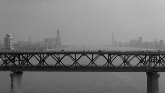 航拍武汉长江大桥,所有车辆停下鸣笛默哀