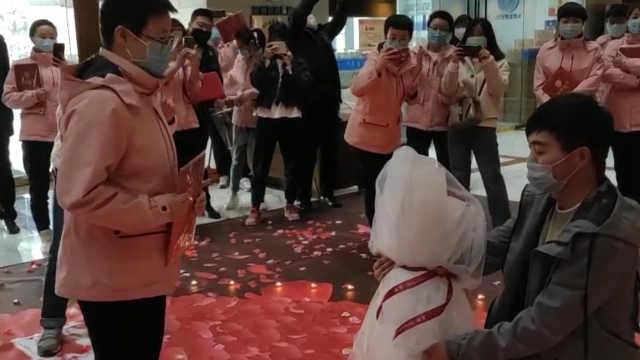 援鄂护士生日解除隔离男友惊喜求婚:33朵玫瑰代表援鄂33天