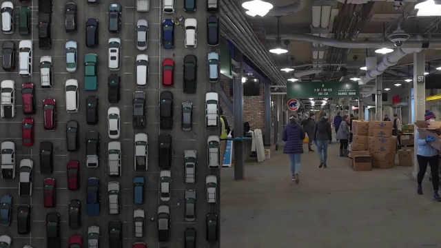 2200万美国人已失业,数千得州民众开车排长队领救济粮
