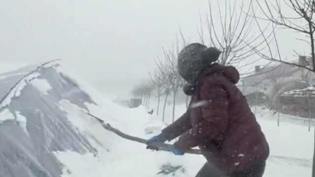 黑龙江多地暴雪断崖式降温:车辆被冰封,农民风雪中清理大棚
