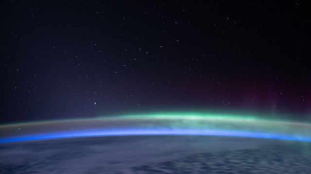 宇航员抓拍到SpaceX互联网卫星,一串小星星