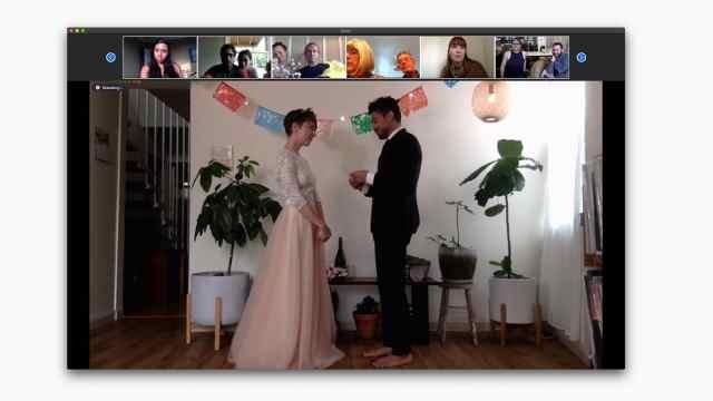 疫情下的全球婚礼:停车场结婚、无宾客、云婚礼...但爱不变