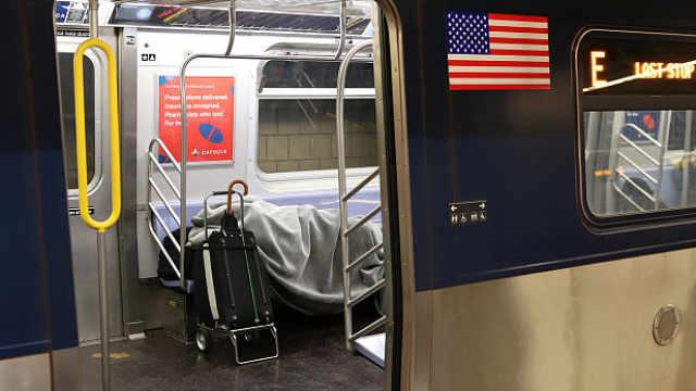 疫情下的纽约地铁:流浪汉吃喝拉撒睡全在车上,州长称恶心