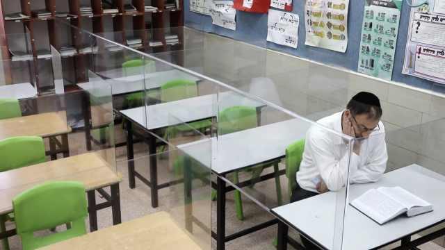 网吧式开学!以色列一学校给课桌装透明挡板,教室变格子间