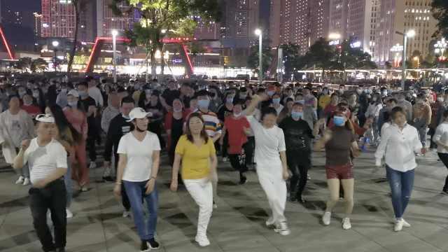 亚洲最大小区广场舞重现,千人舞团一分为二,大叔赶70里参加