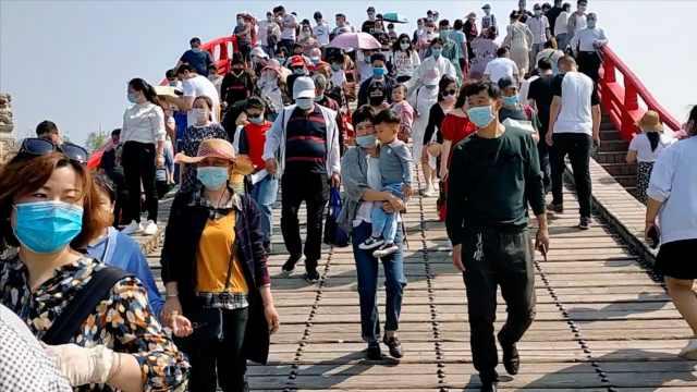 清明上河园景区人气爆棚游客均戴口罩,保安称不如去年