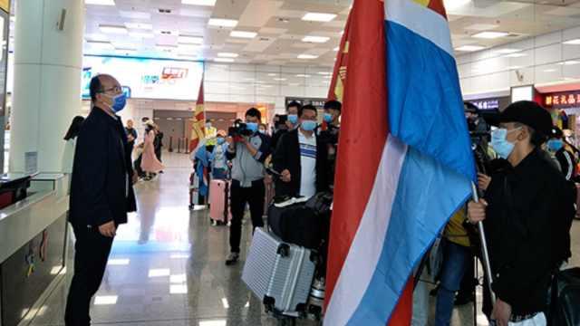 打飞的复学!高中包机接117名西藏班学生返校,统一检测核酸