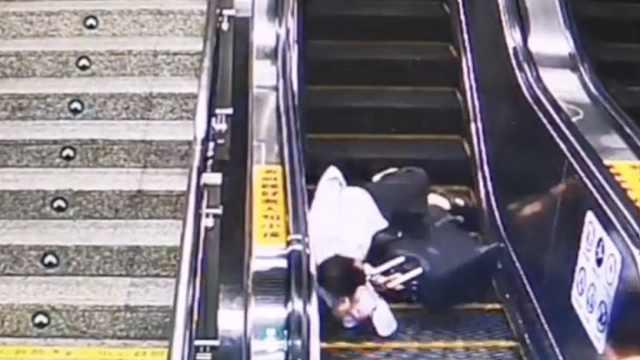 监拍:男子地铁站乘扶梯摔倒,巡逻民警飞奔拽起