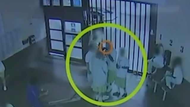 监控曝光:美国囚犯为获释故意感染新冠,共用饮用水互吸口罩