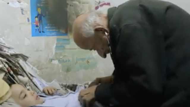 埃及79岁医生一生为穷人治病,每次收费不超50美分