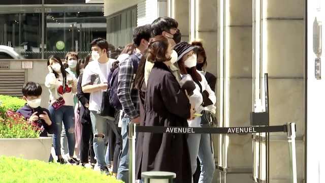 报复式消费?首尔数百人凌晨排队抢购香奈儿,有人担心涨价