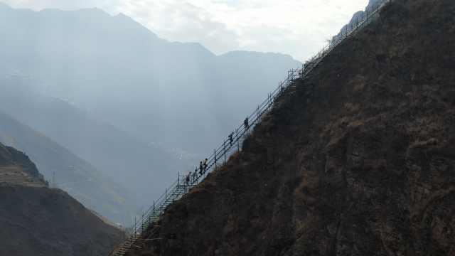 探访四川悬崖村:贫困户下山住楼房,年轻人留山上玩直播