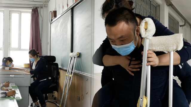 毕业班老师脚受伤让丈夫背着上课:不是休息时候,怕耽误学生