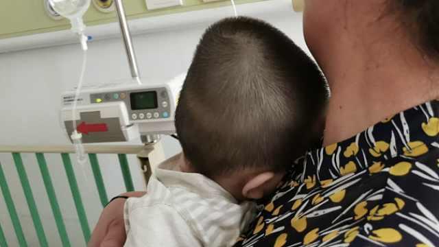 目击者讲述女婴被高坠物砸伤经过:突然起风,洗发水坠落