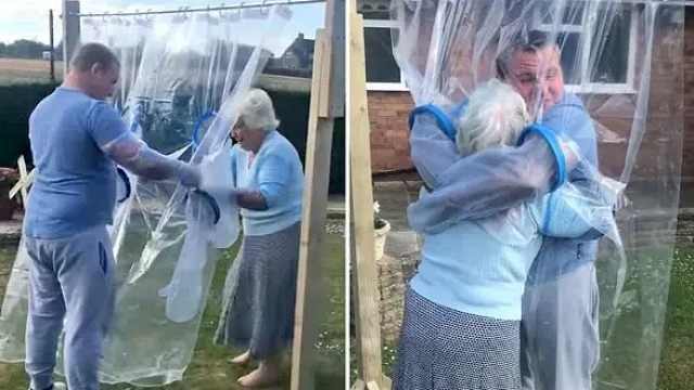 """英国小伙发明""""拥抱帘"""":疫情以来首次与奶奶紧紧相拥"""