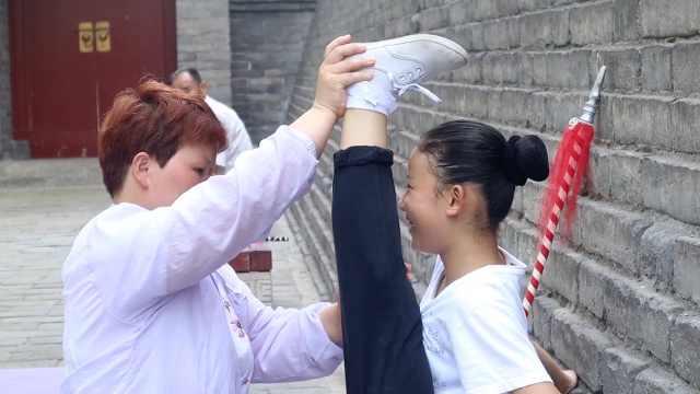 11岁女孩每日练功3小时:想当京剧演员,长大后给妈妈幸福