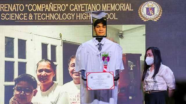 菲律宾高中毕业典礼用机器人代替:挂学生相片排队领证书