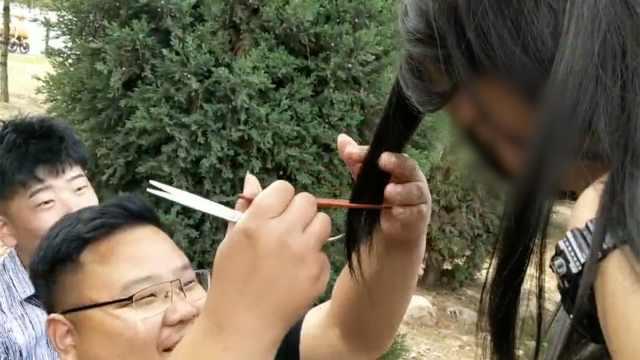 高校封闭式管理,女大学生隔着栅栏剪刘海