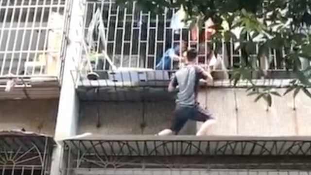 幼童被卡3楼防盗网,快递小哥爬墙托举救下孩子