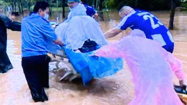 广州暴雨街道被淹,医护蹚水推转运车接临产孕妇