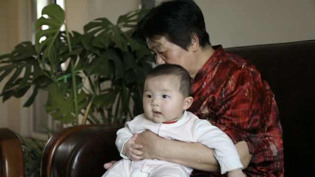 七旬夫妻怀孕生子,女儿7个月过人生首个儿童节