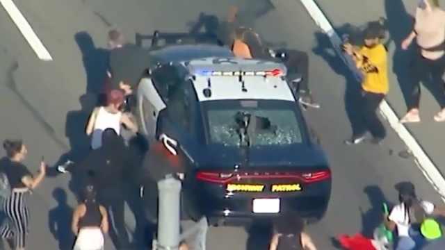 烧国旗砸警车,洛杉矶数百人示威抗议警方暴力
