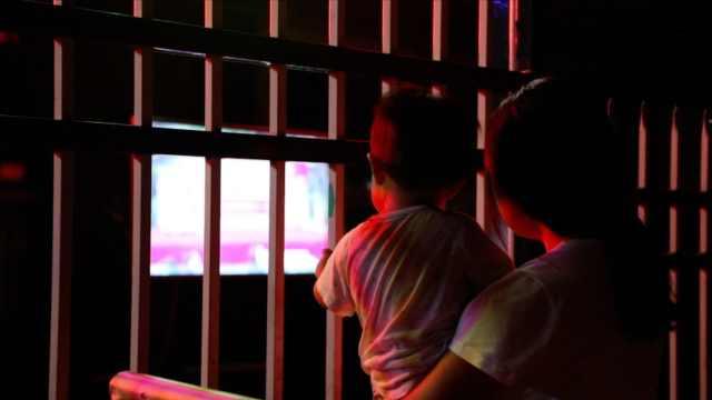 幼儿园放儿童节录像学生隔栏观看:假期太长,