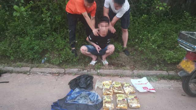 缉毒现场!广西警方伏击抓捕运毒贩,查获冰毒