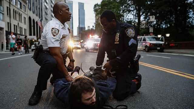美国警察暴力对待抗议者事件屡屡发生,推倒老人警队57人辞职