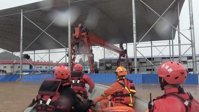 桂林洪水把数十名工人逼上吊架塔,冲锋舟火速营救