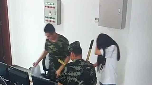 女子因戒指卡手求助消防队,没想到第二天又来了!