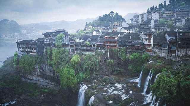挂在瀑布上的千年古镇,怎样在奇特环境下建造?