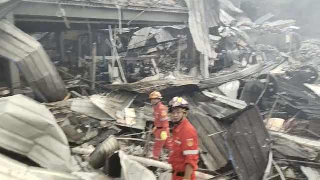 痛心!浙江温岭槽罐车爆炸冲出高速,上百消防废墟中救被困者