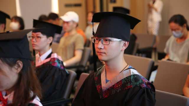 四川高校赴武汉为湖北籍毕业生授位,学生含泪致谢
