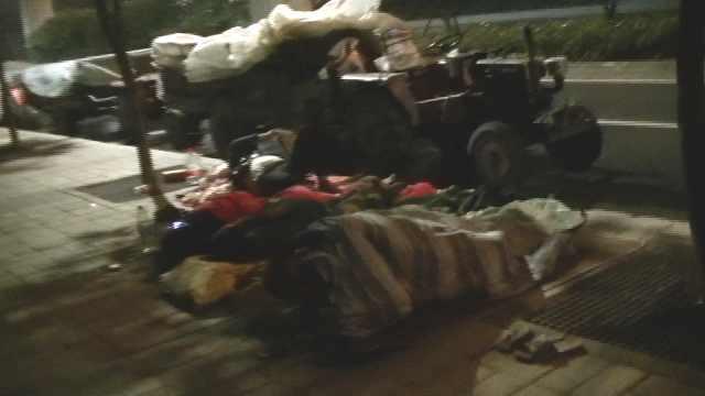 瓜农郑州卖瓜遇连阴雨睡桥下:一个瓜没卖出去,每天吃一餐