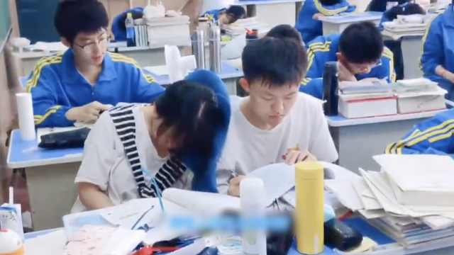 青春的样子!女生靠同桌肩膀小憩被班主任拍下:举动很可爱
