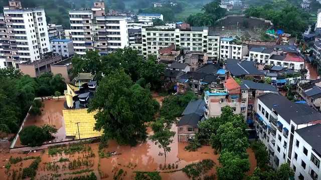 江津遭遇暴雨,永兴镇场镇受灾,当地采取措施转移群众和物资