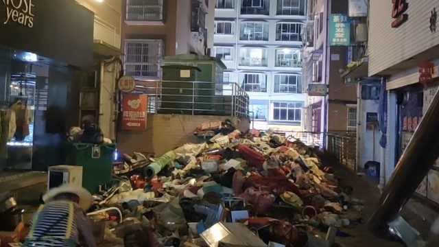 曝贵州一居民家中藏5吨垃圾,家属雇8人一天才搬完