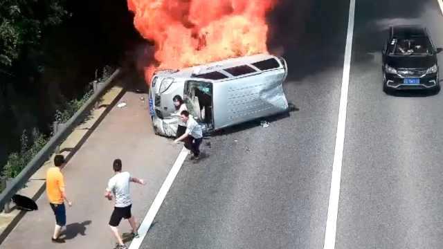 当事男子讲述汽车起火猛踹4脚救3人:就刚好路过搭把手