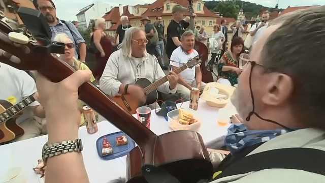 捷克举行新冠病毒告别派对,摆500米长桌办千人宴,不戴口罩